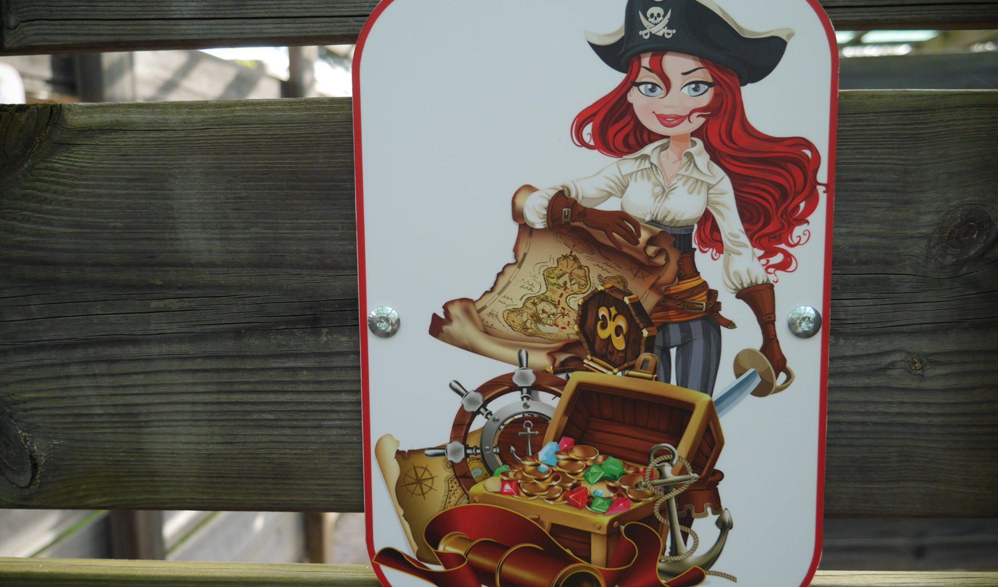 Femme pirate, jeu de l'attraction le labyrinthe au parc Fantassia