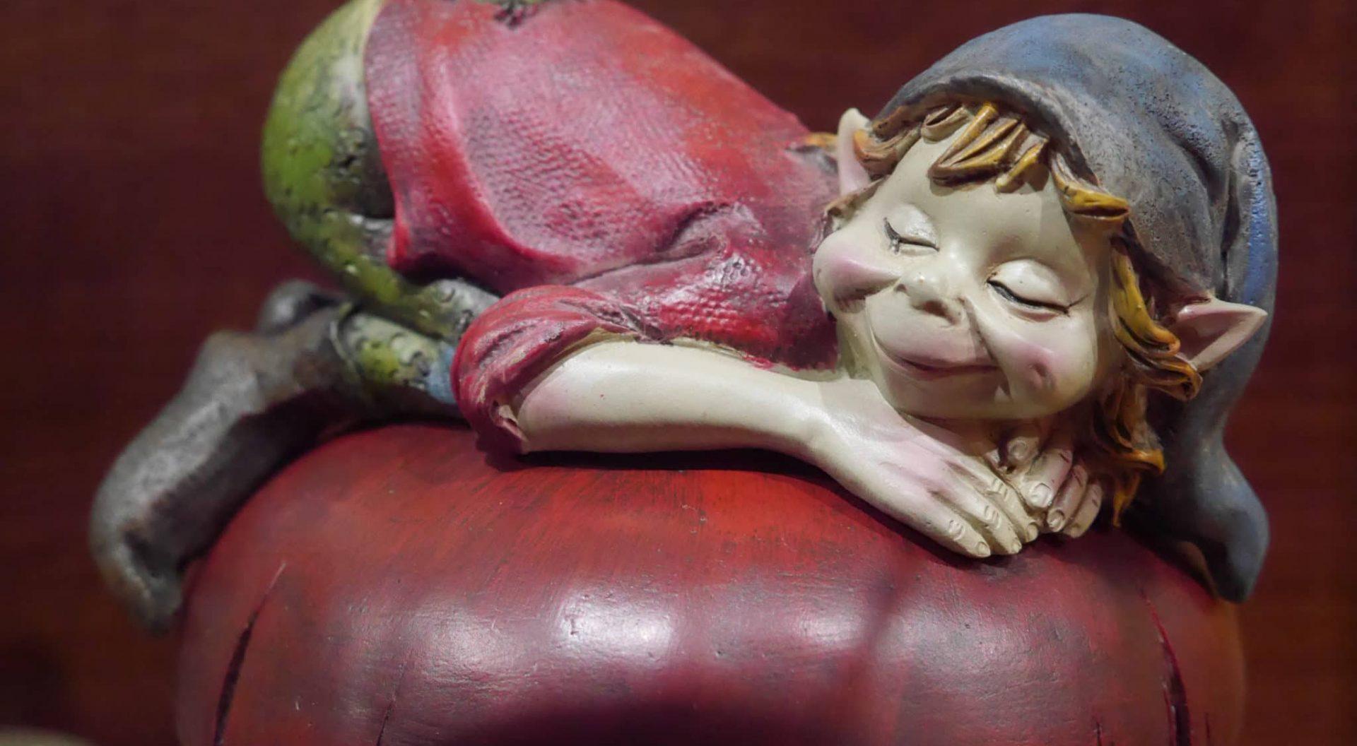 Lutin dormant sur champignon, boutique du parc Fantassia